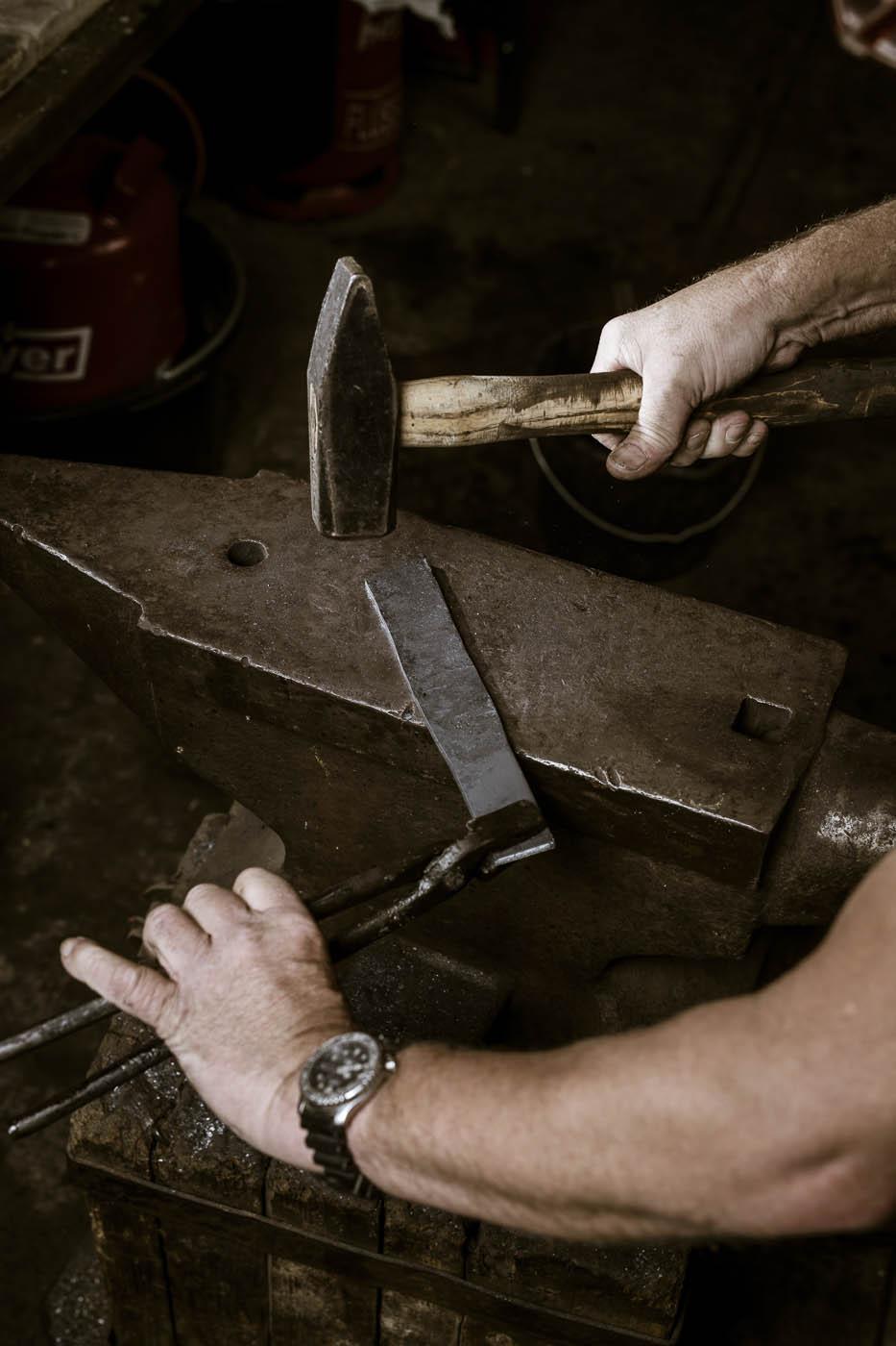 Schmieden des Messer Rohstahls auf dem Amboss