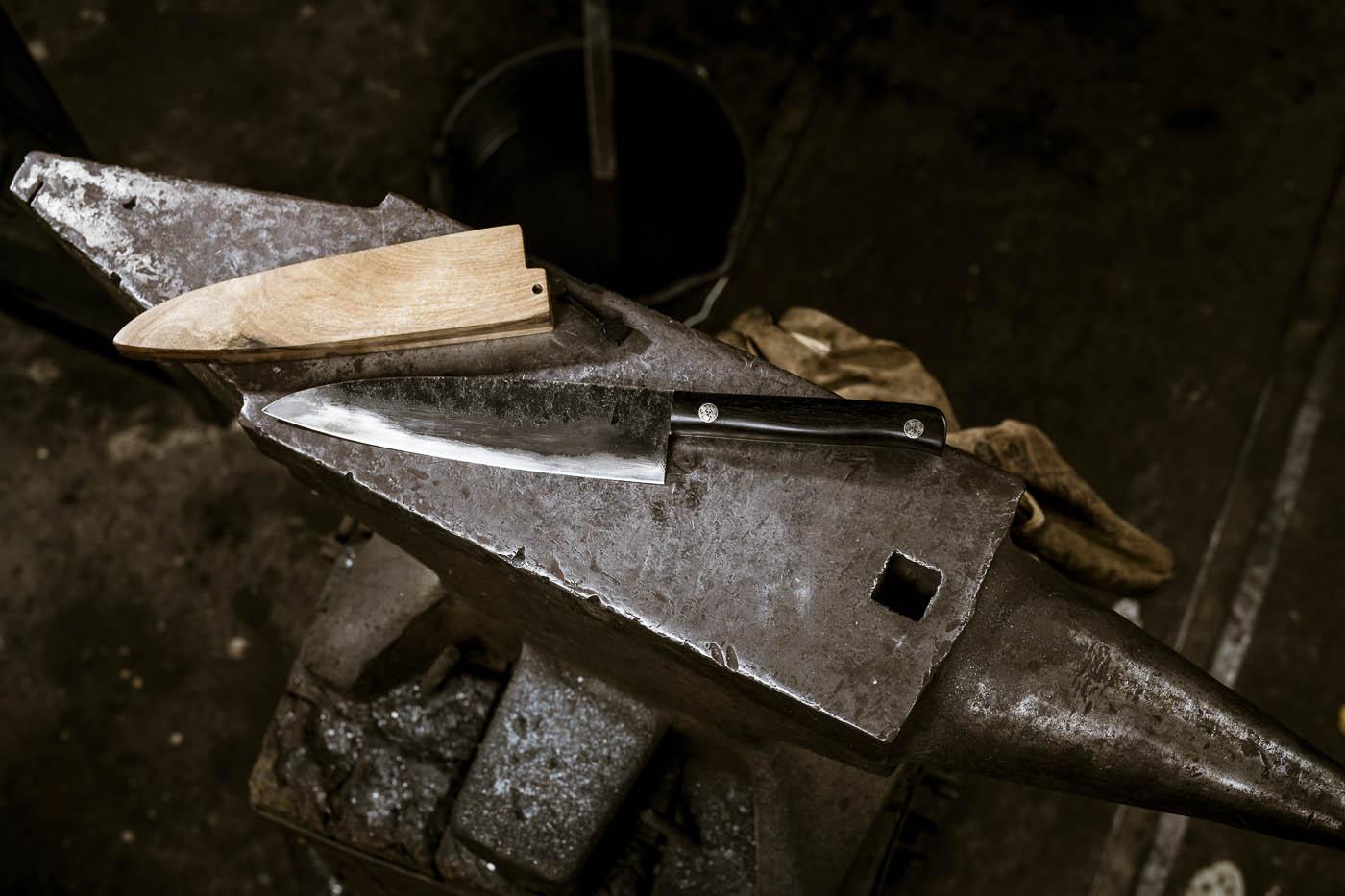 Fertiges Messer mit Messerscheide